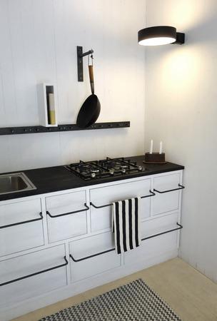 明るい白の色でレトロなキッチン。ミニマリズム、スパースと現代的なインテリア デザイン。 写真素材 - 64887944