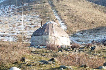 The ancient dwelling of the peoples of Asia is a yurt. In the mountains in winter. 版權商用圖片 - 142925272