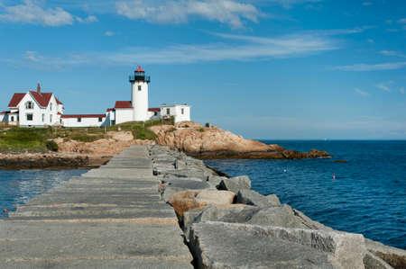 訪問者がほぼ半マイル長い桟橋グロスター、マサチューセッツ州の東部のポイント灯台の明確なビューを取得するに沿って歩きます。
