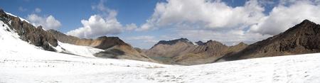 kyrgyzstan: Panorama de la montaña del pase Takyrtor Tianshan Kirguistán Foto de archivo