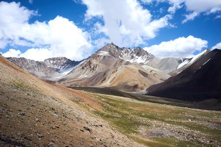 kyrgyzstan: Montaña en Kichik-Alai rango en Kirguistán