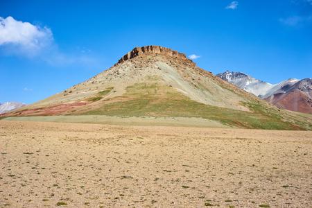 kyrgyzstan: montañas de colores en el valle Kichik-Alai en Kirguistán Foto de archivo