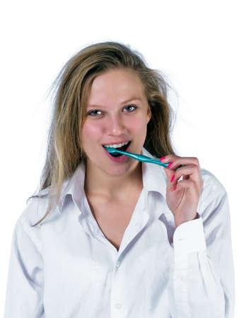 zerzaust: Portrait von zerzausten junge Frau, die Z�hne putzen