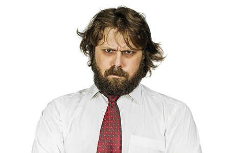 shaggy Mal homme barbu regardant sévèrement. Isolé sur fond blanc
