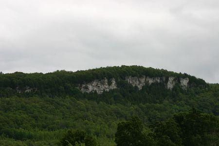 Una vista del acantilado de la montaña conocida como Viejo Baldy. La montaña es parte del Niágara Escaroment, y se eleva 152 metros por encima de la Beaver Valley, y la ciudad de Kimberley, Ontario. Foto de archivo - 3375897