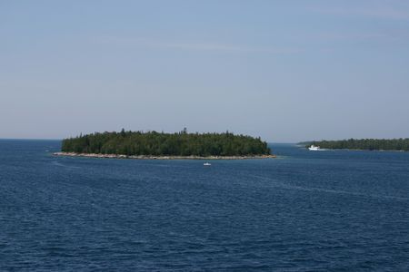 Boats cruising through the channels between the islands in the passage between Georgian Bay and Lake Huron in Ontario, Canada. Фото со стока