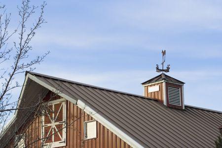 wiatrowskaz: Czerwony dach stodoły wykonane z metalu wiatrowskaz na górę