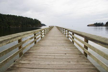 going out: Legno molo vicino Deception Pass vicino Seattle Washington andando verso l'oceano