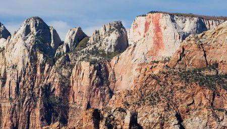 sacrificio: Sacrificio de alterar y otras formaciones rocosas en el Parque Nacional de Zion en Utah. Estas fueron talladas por la erosi�n h�drica.
