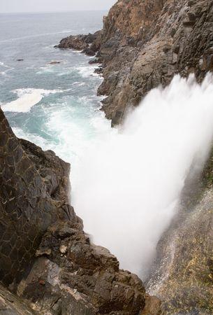 orificio nasal: El Blowhole La Bufadora en Ensenada, Baja California, Mexico que lanza agua hasta 70 pies en el aire.