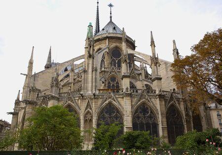 Rückseite der Kathedrale Notre-Dame an einem regnerischen Tag mit den architektonischen details
