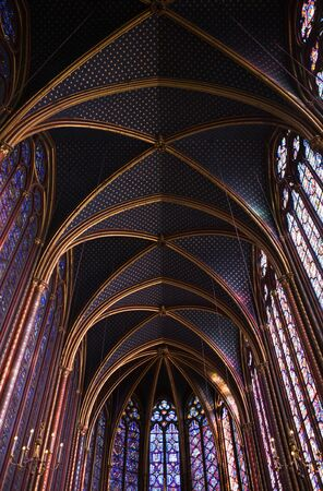 vetrate colorate: Famous stained glass windows and ceiling within La Sainte-Chapelle Chapel in Paris, France
