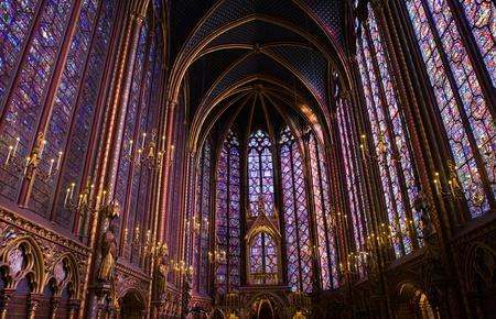 vetrate colorate: Famoso vetrate e il soffitto all'interno di La Sainte-Chapelle Cappella a Parigi, Francia