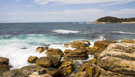 시드니, 호주 맨리 비치에서 충돌하는 파도와 바위 스톡 콘텐츠