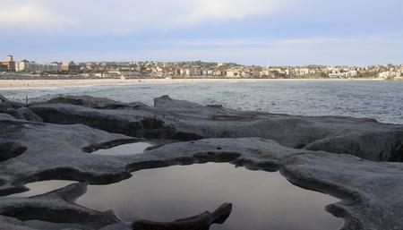 시드니, 뉴 사우스 웨일즈, 호주에서 본다이 비치 조수 웅덩이와 해변