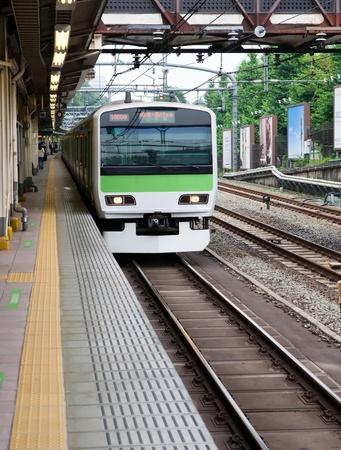 도쿄, 일본에서 역으로 오는 현대 메트로 전기 열차. 스톡 콘텐츠
