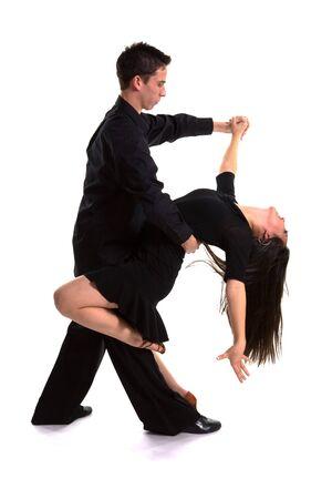 スタジオでの固体背景にポーズ正式衣装で若い社交ダンサー