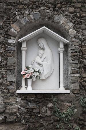 White Madonna and child relief memorial in Cinque Terre, Italy. 版權商用圖片