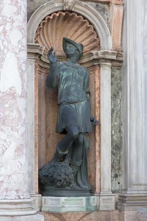 Status outside of Saint Marks Basilica in Venice, Iraly showing artwork 版權商用圖片