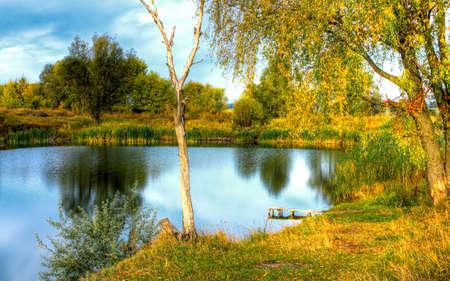 田舎の風景美しい小さな湖。HDR 画像