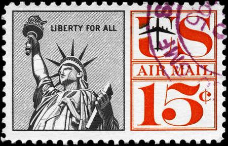 timbre postal: EE.UU. - CIRCA 1959: Un sello impreso en los EE.UU. muestra la Estatua de la Libertad, con la inscripción de la libertad para todos, la serie, alrededor del año 1959 Foto de archivo