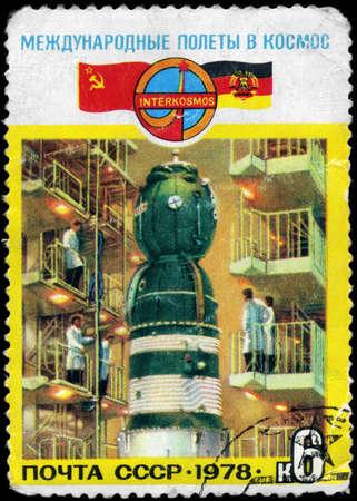 cooperativismo: URSS - CIRCA 1978: Un sello impreso en la URSS muestra la nave Soyuz 31 en la tienda y dedicado a Intercosmos, los sovi�ticos del Este programa alem�n de cooperaci�n el espacio, serie, alrededor de 1978 Foto de archivo