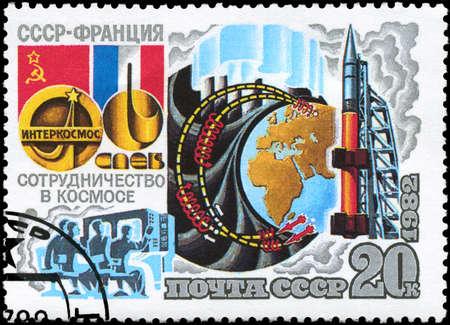 cooperativismo: URSS - CIRCA 1982: Un sello impreso en la URSS muestra el programa Intercosmos Cooperativa del Espacio (URSS-Francia), la serie, alrededor del a�o 1982