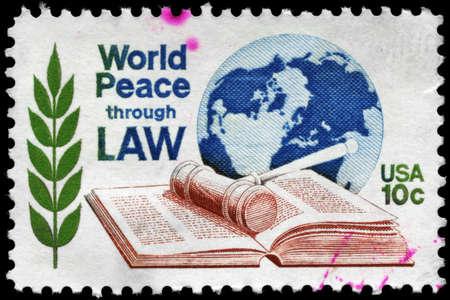 paz mundial: EE.UU. - CIRCA 1975: Un sello impreso en los EE.UU. dedicado a la Conf. Mundial de la séptima. de la Paz Mundial mediante el Centro de Derecho, alrededor de 1975 Foto de archivo