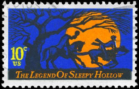 uomo a cavallo: USA - CIRCA 1974: Un timbro stampato negli Stati Uniti mostra Headless Horseman perseguire Ichabod Crane, La leggenda di Sleepy Hollow, di Washington Irving, circa 1974