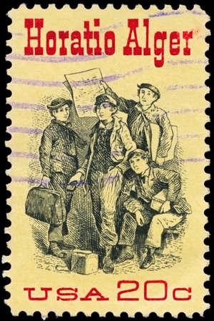 """alger: USA - CIRCA 1982: Un timbro stampato negli Stati Uniti mostra il Frontespizio di """"Ragged Dick"""" di Horatio Alger (1832-1899), autore americano, circa 1982"""