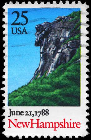 ratificaci�n: EE.UU. - CIRCA 1988 Un sello impreso en los EE.UU. muestra Paisaje con Cliff, New Hampshire, la ratificaci�n de la Constituci�n de la serie, alrededor del a�o 1988