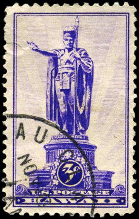 EE.UU. - CIRCA 1937: Un sello impreso en los EE.UU. muestra la estatua de Kamehameha I, (1758-1819), Honolulu, primer rey de Hawai, alrededor del año 1937