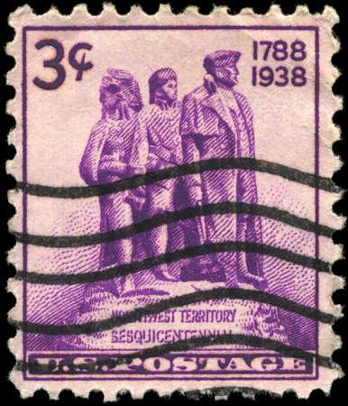 colonisation: USA - CIRCA 1938: Un timbro stampato in USA mostra la statua simbolo della colonizzazione dell'Occidente, Sesquicentennial dell'insediamento del Territorio Nord-Ovest, circa 1.938