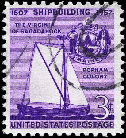 """construction navale: Etats-Unis - CIRCA 1957: un timbre imprim� aux Etats-Unis montre l'Sailer """"de Virginie Sagadahock� et Seal du Maine, du 350e anniversaire de la construction navale en Am�rique, vers 1957 Banque d'images"""