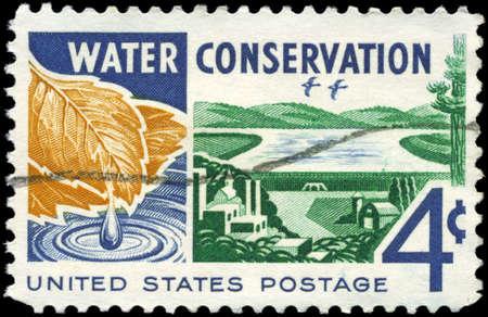 conservacion del agua: EE.UU. - CIRCA 1960: Un sello impreso en los EE.UU. muestra el agua, de cuencas hidrogr�ficas para el consumidor, tema de la conservaci�n del agua, alrededor de 1960 Foto de archivo