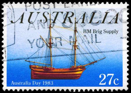 AUSTRALIA - CIRCA 1983: Un sello impreso en AUSTRALIA muestra la fuente de HM Brig, Australia Day serie, alrededor de 1983