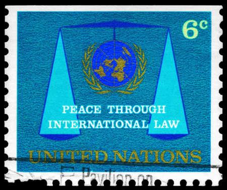 nazioni unite: NAZIONI UNITE - CIRCA 1969: Un timbro stampato in NAZIONI UNITE mostra l'emblema delle Nazioni Unite e Scales of Justice, circa 1969