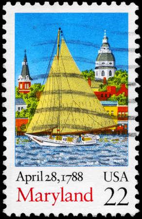 ratificaci�n: EE.UU. - alrededor de 1988: Un sello impreso en los EE.UU. muestra la Sailer en el fondo de la ciudad, la ratificaci�n de la Constituci�n de la serie, alrededor de 1988