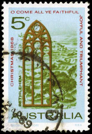 window church: AUSTRALIA - CIRCA 1969: Un timbro stampato in AUSTRALIA mostra la vista della finestra Betlemme e la Chiesa, Natale serie, circa 1969 Editoriali