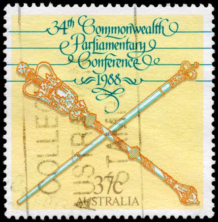 scettro: AUSTRALIA - CIRCA 1988: Un timbro stampato in Australia mostra lo Scettro e Mace, 34 Conferenza parlamentare del Commonwealth, Canberra, circa 1988