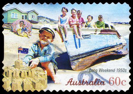 long weekend: AUSTRALIA - CIRCA 2010: Un timbro stampato in AUSTRALIA mostra i bambini sulla spiaggia, serie Long Weekend, intorno al 2010 Editoriali