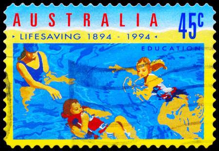 salvavidas: AUSTRALIA - CIRCA 1994: Un sello impreso en AUSTRALIA muestra a la gente en el agua, organizada Centenario de Salvamento en Australia series, circa 1994