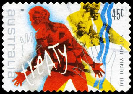 """verdrag: AUSTRALIA - CIRCA 2001: Een stempel gedrukt in AUSTRALIË toont de afbeelding voor de Song """"het Verdrag"""", door Yothu Yindi (1991), Rock Muziek serie, circa 2001"""