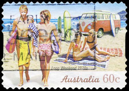 long weekend: AUSTRALIA - CIRCA 2010: Un timbro stampato in AUSTRALIA mostra i Surfisti sulla spiaggia, 1970, serie Long Weekend, intorno al 2010