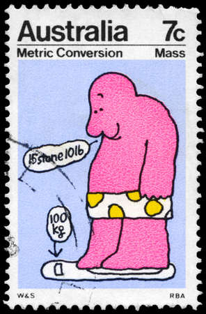 correlation: AUSTRALIA - CIRCA 1973: Un timbro stampato in Australia mostra la misura di massa, serie metrica di conversione, circa 1973