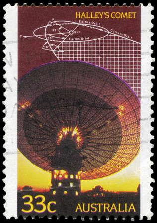 trajectoire: AUSTRALIE - CIRCA 2001: Un timbre imprim� en Australie montre le radiot�lescope, Sch�ma de la trajectoire de la com�te de Halley, circa 2001