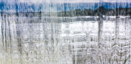 Vue de l'eau qui tombe avec le paysage réflexion