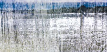 Vista de la caída del agua con la reflexión paisaje Foto de archivo