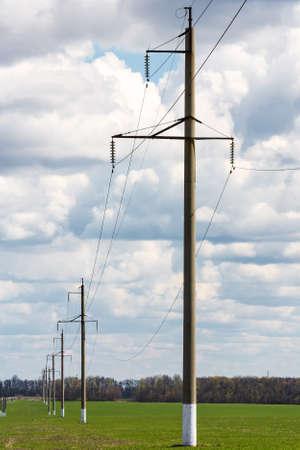 Het landschap van het land met machtslijn en hemel met hoog voltage Stockfoto
