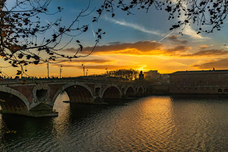Pont Neuf at sunset in Toulouse, France. 免版税图像